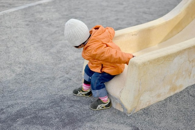 滑り台から降りる子供|フリー写真素材・無料ダウンロード-ぱくたそ