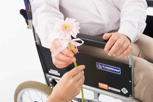 お花を渡す手7|写真素材なら「写真AC」無料(フリー)ダウンロードOK