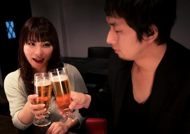ビールで乾杯する男女 フリー写真素材・無料ダウンロード-ぱくたそ