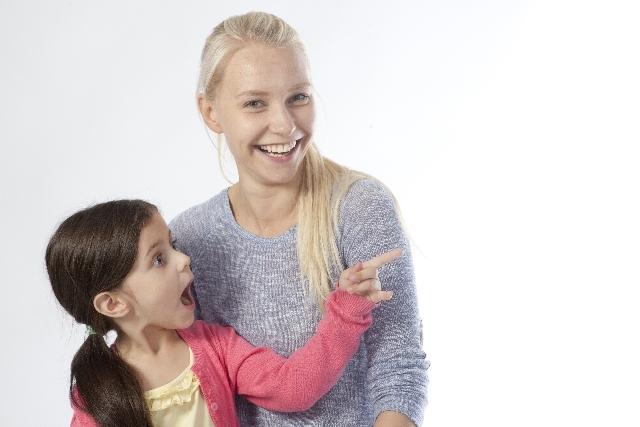 母親と指差す娘1|写真素材なら「写真AC」無料(フリー)ダウンロードOK
