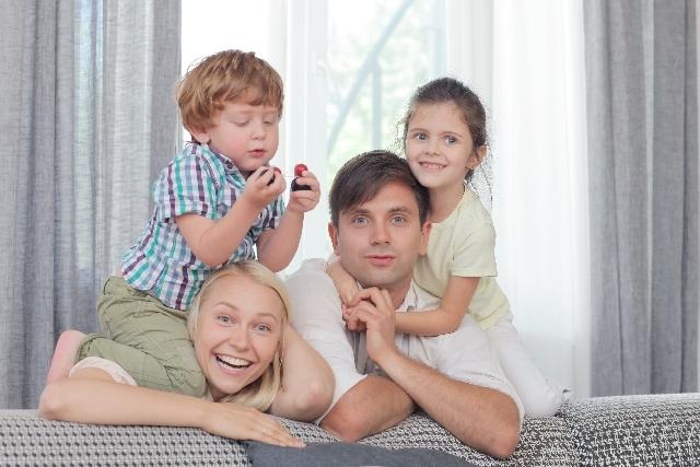 笑顔でソファにもたれかかる家族1|写真素材なら「写真AC」無料(フリー)ダウンロードOK