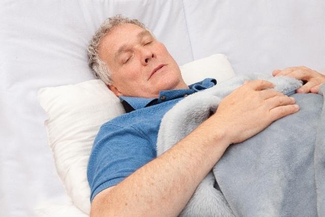 ベッドの中の老人1|写真素材なら「写真AC」無料(フリー)ダウンロードOK