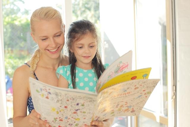 女の子と絵本を読むワンピースの女性5|写真素材なら「写真AC」無料(フリー)ダウンロードOK