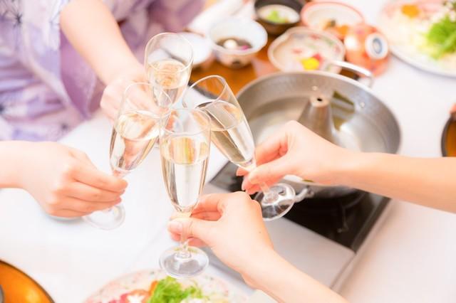 旅行先でシャンパンで乾杯|フリー写真素材・無料ダウンロード-ぱくたそ