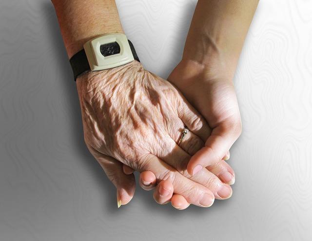 無料の写真: 手, 古い, 若いです, 保持, 思いやりのあります, お友達と - Pixabayの無料画像 - 216982