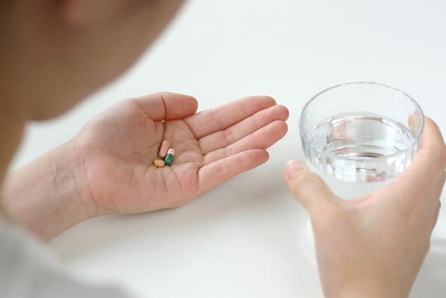 薬を飲む人|写真素材なら「写真AC」無料(フリー)ダウンロードOK