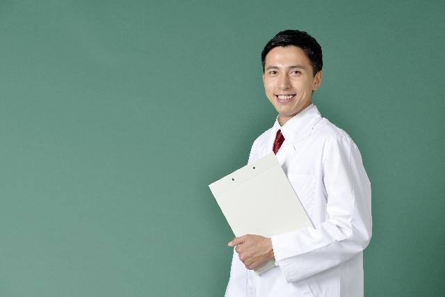 診断書を持つ白衣を着た男性2|写真素材なら「写真AC」無料(フリー)ダウンロードOK