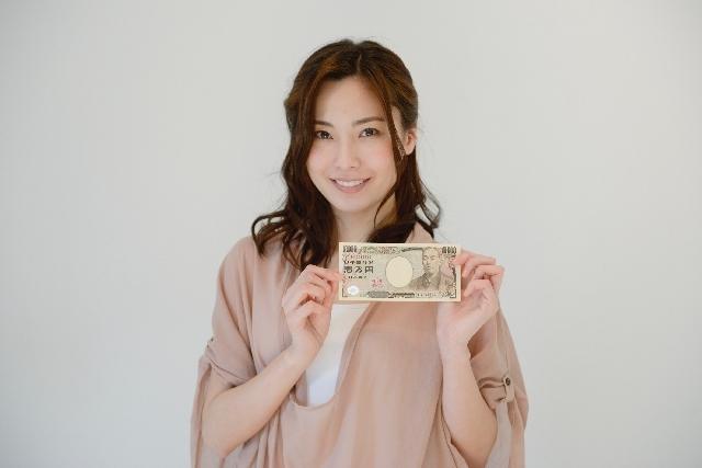 お金を持つ女性1|写真素材なら「写真AC」無料(フリー)ダウンロードOK