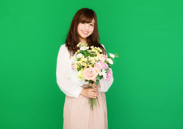 花束を持った笑顔の女性(グリーンバック)|フリー写真素材・無料ダウンロード-ぱくたそ