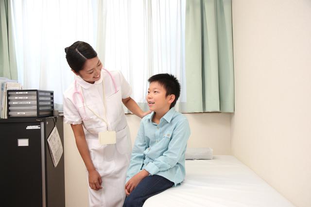 [フリー写真] 診察に来た男の子に話しかける看護婦 -  GATAG|フリー素材集 壱