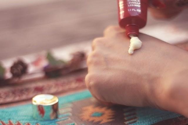 手の甲につけたハンドクリームのフリー写真画像|GIRLY DROP