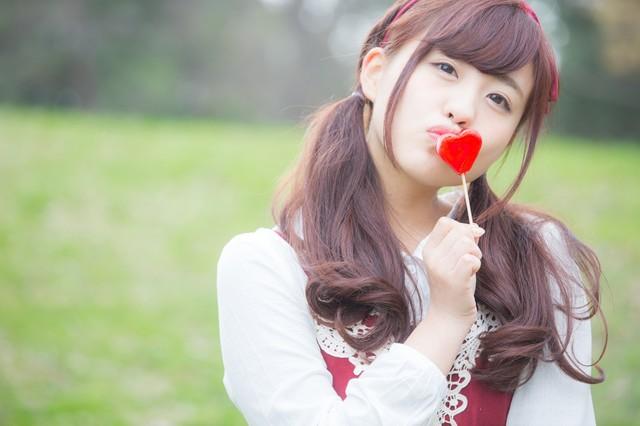 ハートにキスする女の子|フリー写真素材・無料ダウンロード-ぱくたそ