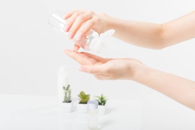 化粧水を手にのせる女性(パーツ)5|写真素材なら「写真AC」無料(フリー)ダウンロードOK