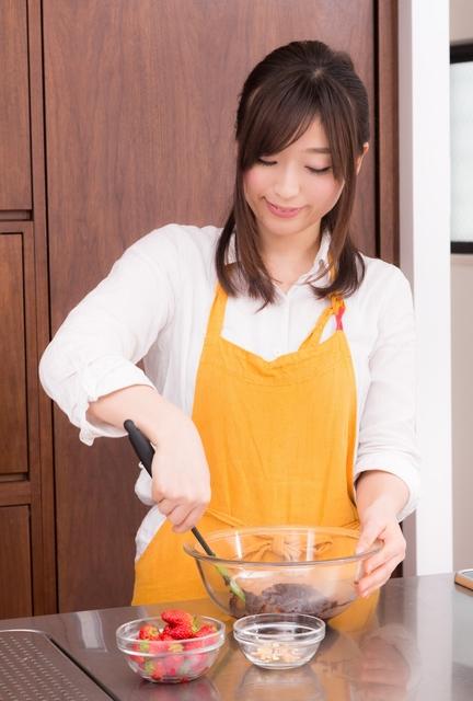 エプロン姿で手作りチョコを作る新妻|フリー写真素材・無料ダウンロード-ぱくたそ