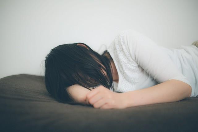 ひとり腕枕で寂しさを紛らわす失恋女子|フリー写真素材・無料ダウンロード-ぱくたそ