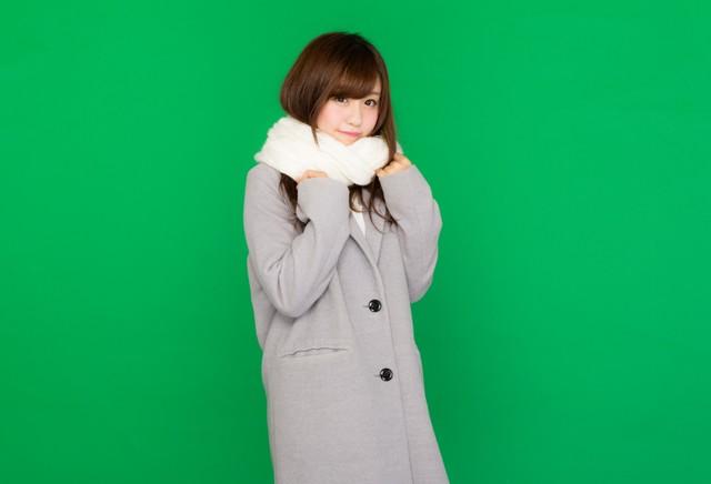 マフラーを巻いたコート女子(グリーンバック)|フリー写真素材・無料ダウンロード-ぱくたそ