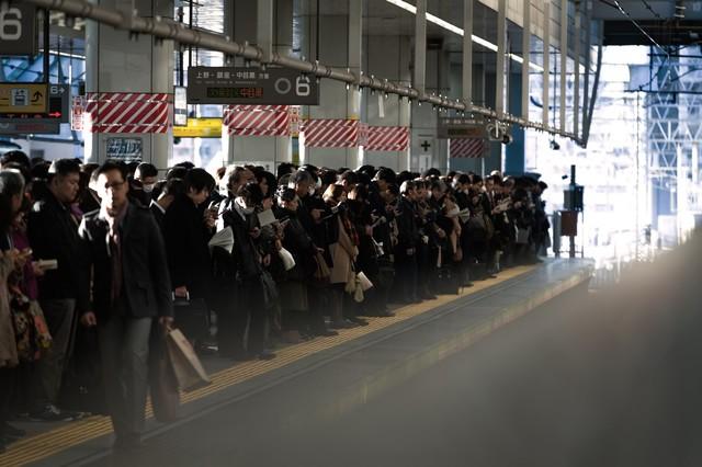 通勤時のラッシュ:社畜の安寧|フリー写真素材・無料ダウンロード-ぱくたそ