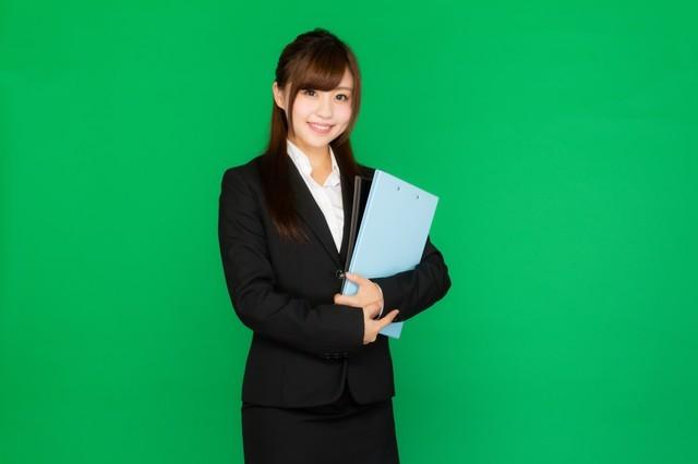 会議に必要な書類を持ったスーツ姿の女性(グリーンバック)|フリー写真素材・無料ダウンロード-ぱくたそ