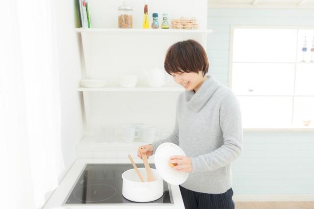 キッチンでスープを温めなおしている女性|フリー写真素材・無料ダウンロード-ぱくたそ