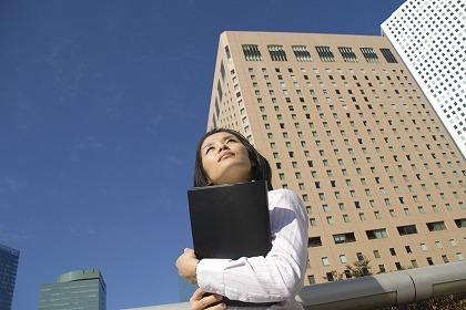ブラウス 活躍 若者 フレッシュ シャツ 働く女性のフリー素材|無料写真素材>シチュエーションから探す>青空と女性>m031026