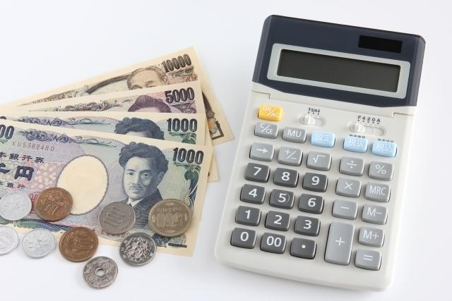 お金と電卓|写真素材なら「写真AC」無料(フリー)ダウンロードOK
