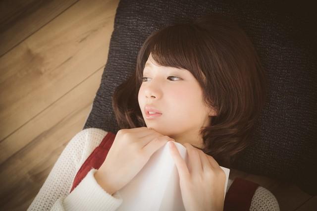 恋愛マンガで感傷に浸る美少女|フリー写真素材・無料ダウンロード-ぱくたそ