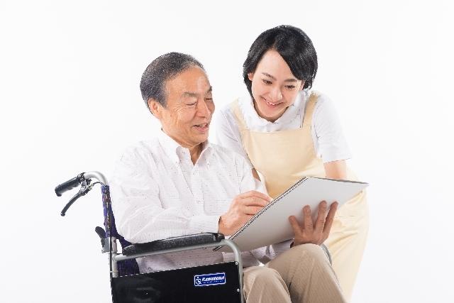 車椅子の男性と介護をする人6|写真素材なら「写真AC」無料(フリー)ダウンロードOK