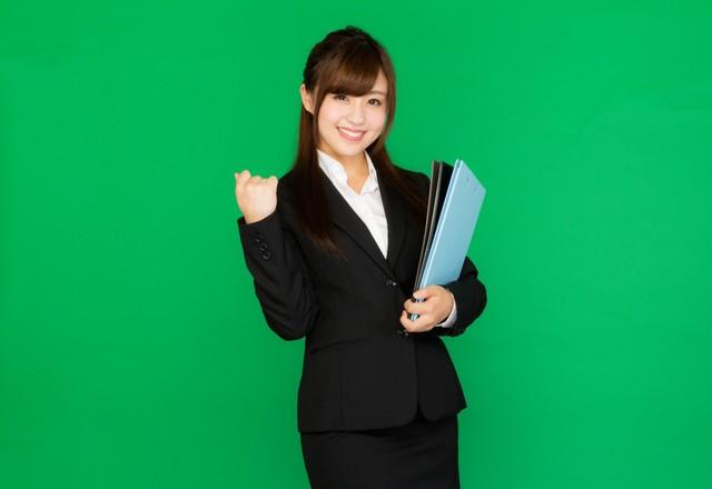 書類を抱えた新卒女子(グリーンバック)|フリー写真素材・無料ダウンロード-ぱくたそ