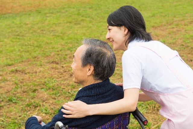 屋外の車椅子の男性と介護士10|写真素材なら「写真AC」無料(フリー)ダウンロードOK