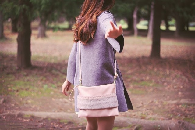 手招きして森の奥に連れて行こうとしている女の子のフリー写真画像|GIRLY DROP