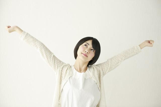 [フリー写真] 背伸びするショートヘアの女性 -  GATAG|フリー素材集 壱