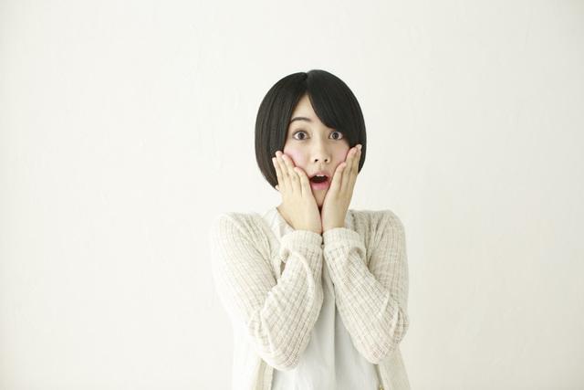 [フリー写真] 頬に手を当てて驚く女性 -  GATAG|フリー素材集 壱