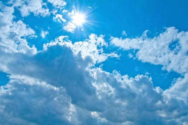 雲と気持ちの良い日差し|フリー写真素材・無料ダウンロード-ぱくたそ
