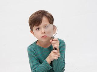 子供の視力低下を知らせる10のサイン/原因と対処法 - マーミー