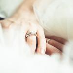 「知っておきたい右手薬指の指輪の意味!指や宝石によって意味が変わる?」