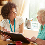 介護相談員になるには? 介護施設と行政の橋渡しをする大切な役割について
