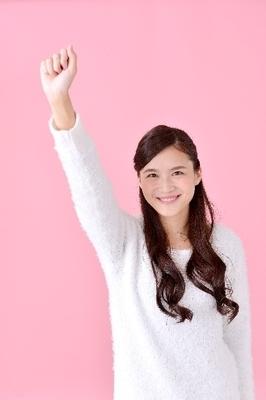 拳を振り上げる女性1|写真素材なら「写真AC」無料(フリー)ダウンロードOK