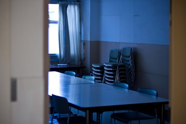 椅子を重ねた薄暗い会議室|フリー写真素材・無料ダウンロード-ぱくたそ
