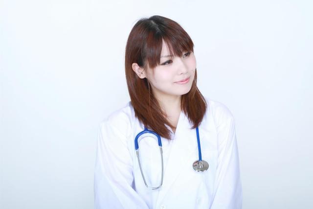 白衣の微笑む女医|フリー写真素材・無料ダウンロード-ぱくたそ