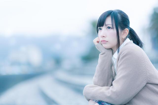 もの寂しげな表情で考えこむ女子高生|フリー写真素材・無料ダウンロード-ぱくたそ