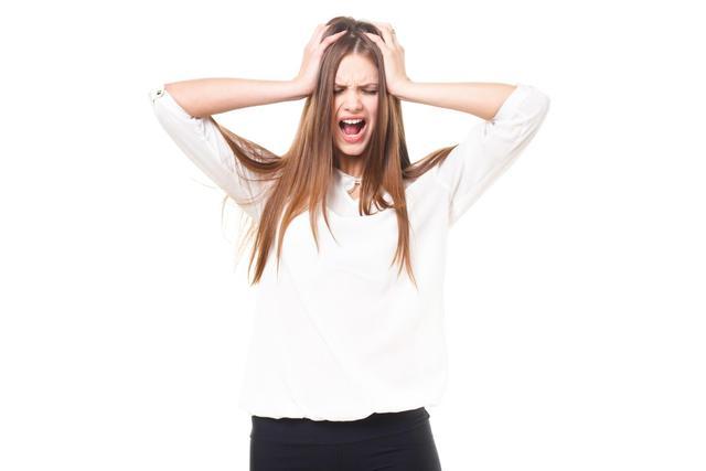 頭を抱えて叫ぶ女性(ロシア人)|フリー写真素材・無料ダウンロード-ぱくたそ