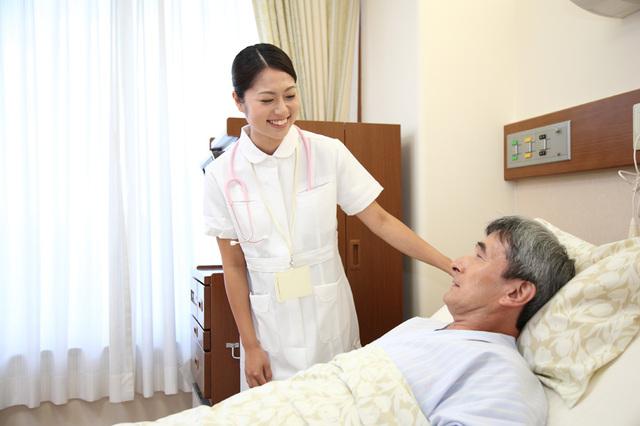 [フリー写真] 病室で患者の様子を伺う看護師 -  GATAG|フリー素材集 壱
