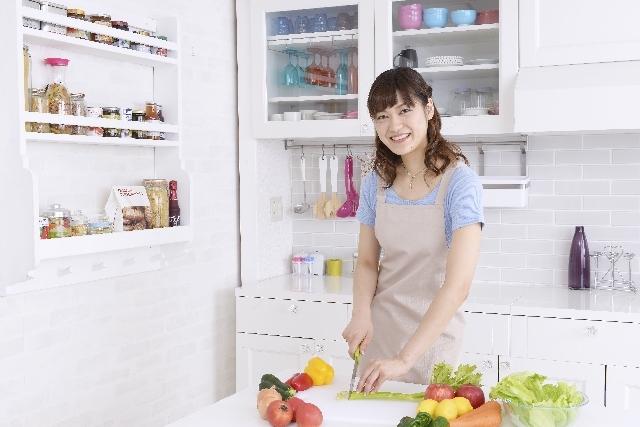 キッチンに立つ女性3|写真素材なら「写真AC」無料(フリー)ダウンロードOK