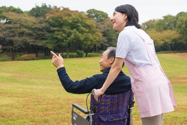 車椅子の男性と介護士13|写真素材なら「写真AC」無料(フリー)ダウンロードOK