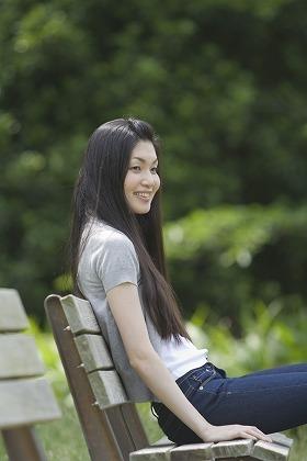 20代 明るい 一人 公園 腰掛ける女性 ひとりのフリー素材|無料写真素材>シチュエーションから探す>リラックス>m020680