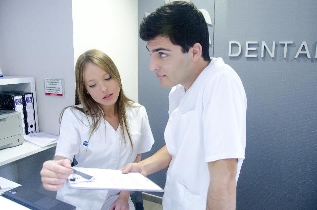 受付スタッフと医師|写真素材なら「写真AC」無料(フリー)ダウンロードOK