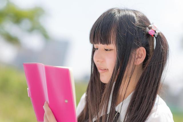予定を確認するツインテールの女の子|フリー写真素材・無料ダウンロード-ぱくたそ