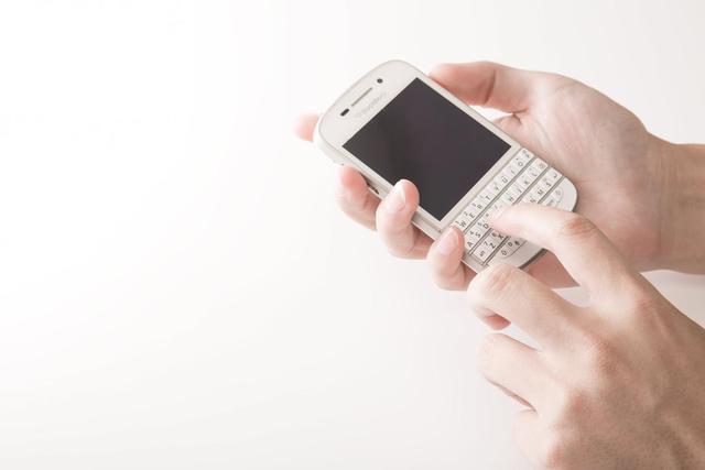 スマートフォンを操作する|フリー写真素材・無料ダウンロード-ぱくたそ