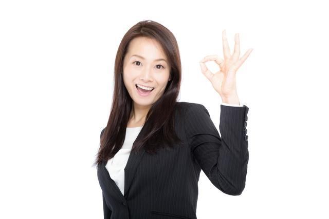 笑顔で「OK」を出す女性上司|フリー写真素材・無料ダウンロード-ぱくたそ