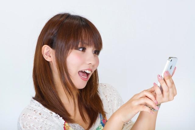 スマートフォンを操作する女性|フリー写真素材・無料ダウンロード-ぱくたそ